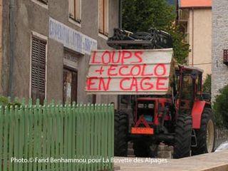 manifestation d'éleveurs au Symposium « Vivre ensemble avec le loup? » organisé à Saint-Martin-Vésubie le mercredi 9 octobre