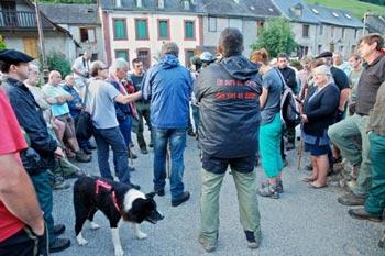 Gérard Dubuc, maire de Saint-Lary donne les consignes avant le départ de la battue à l'ours